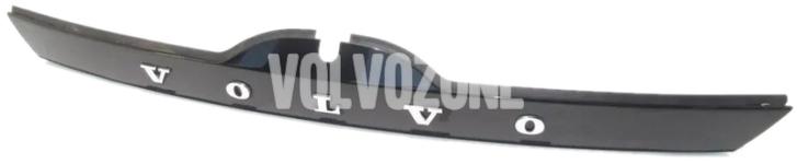 Madlo/tlačítko zámku kufru s lištou P3 V60/V60 XC bez Keyless, bez parkovací kamery